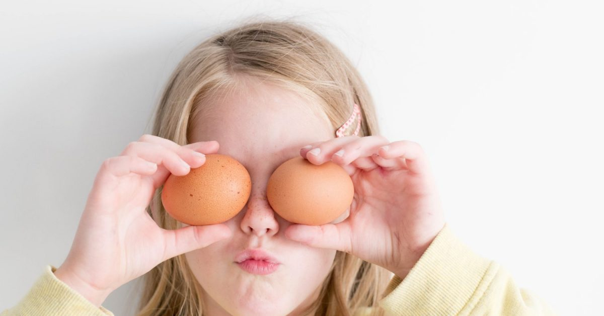 girl_holding_eggs_that_is_rich_in_choline_kolin